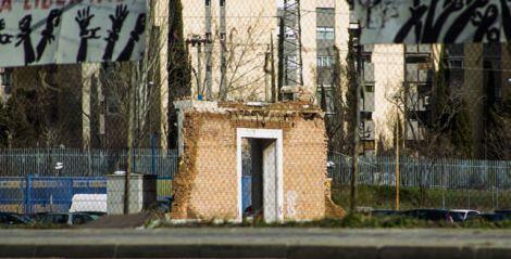 Ruinas de la antigua cárcel de Carabanchel, junto al CIE de Madrid, en Aluche (Foto: Mayhem Revista)