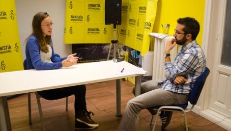 María Serrano (Amnistía Interacional, izqda.) y Jorge Moreno durante la entrevista. (Foto: Miguel Ángel Moreno)